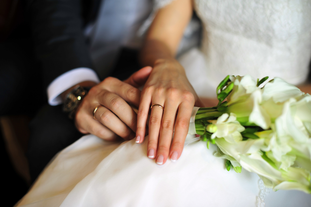 bride-groom-hands-flowers